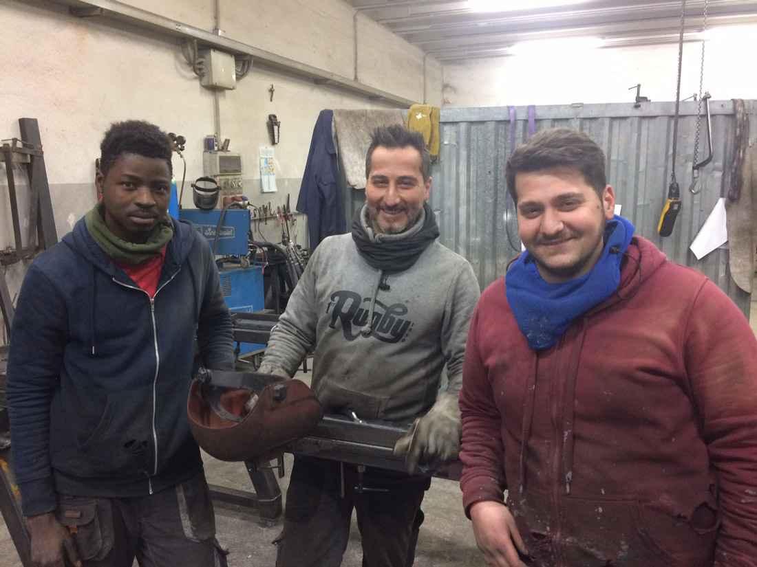 Alì Kone con Simone e Antonio Arceri di Expert Ferro di Silla, dove fa il saldatore