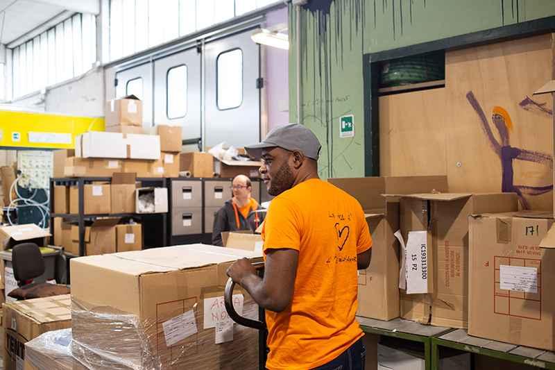 Papy, rifugiato politico della Repubblica Democratica del Congo al lavoro