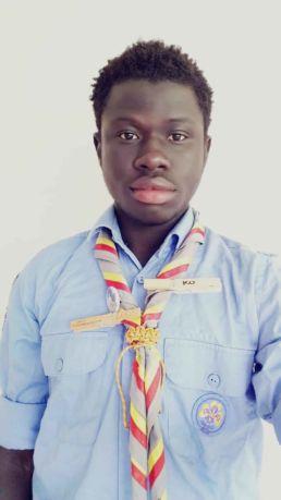 Ebou, giovane gambiano, con la divista scout del gruppo Agesci Bologna 10